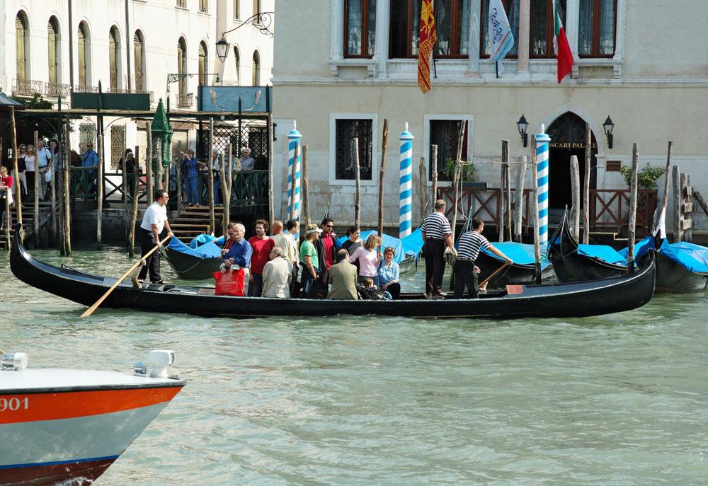 Venezia, ecco di nuovo le gondole, ma senza turisti tornano al servizio antico: traghettano i veneziani sul Canal Grande