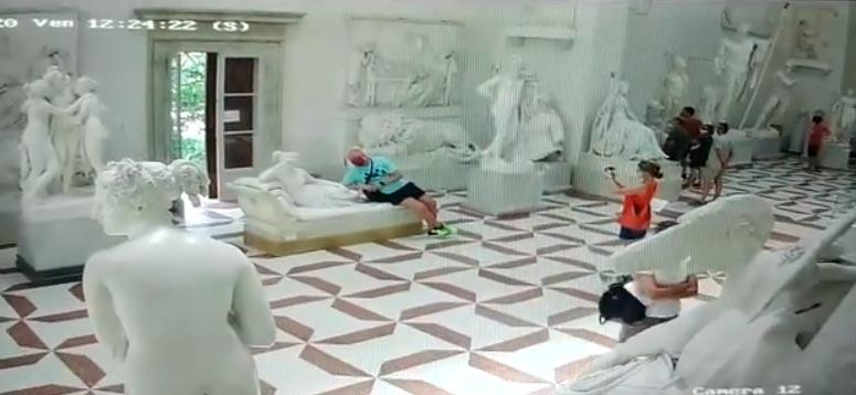 Ecco come ha fatto il turista a rompere la statua di Canova. Il video del danno