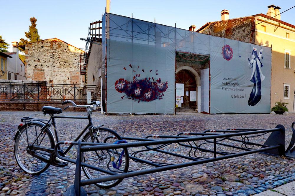 Zehra Doğan dona a Brescia una sua opera dedicata alla resistenza della città