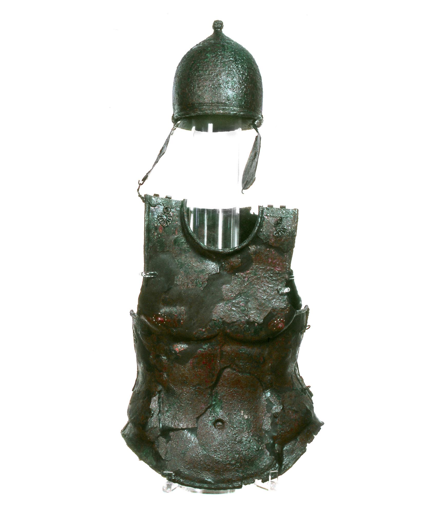 Corredo della Tomba dei due guerrieri, corazza anatomica ed elmo a bottone di dipo Montefortino (III secolo a.C.; bronzo; Melfi, Museo Archeologico Nazionale del Melfese)