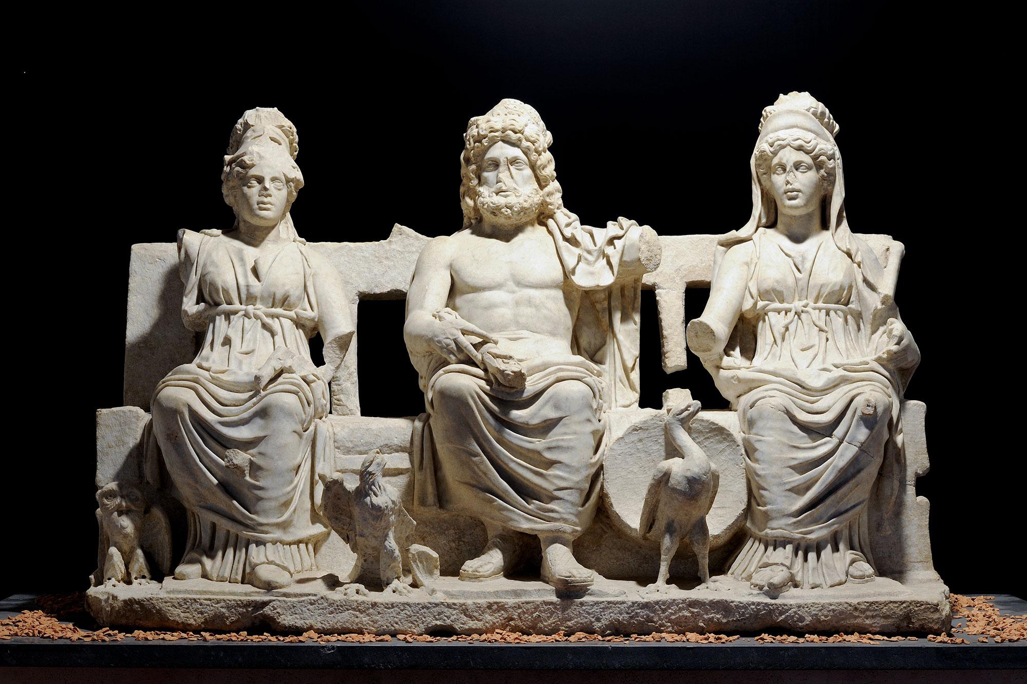Triade Capitolina (II secolo d.C.; marmo; Guidonia Montecelio, Museo Civico Archeologico Rodolfo Lanciani). Foto di Giovanni Coccia
