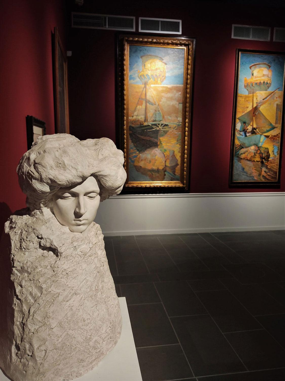 Umberto Fioravanti, Busto femminile, 1909, sullo sfondo Puccini