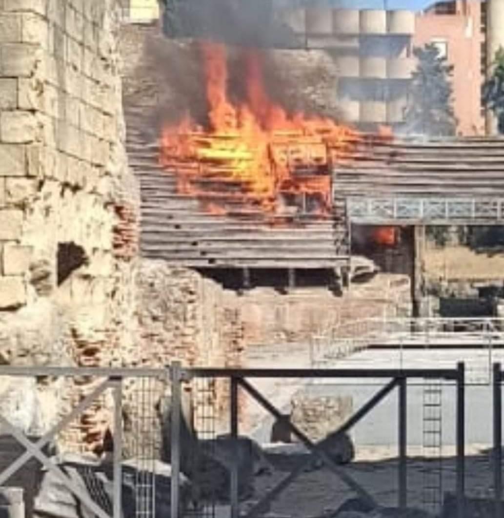 Pozzuoli, incendio all'Anfiteatro Flavio: danneggiate le gradinate in legno