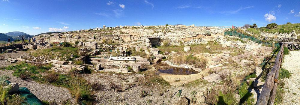 Segesta, scoperto edificio monumentale dell'agorà. La firma del finanziatore su un'antica statua