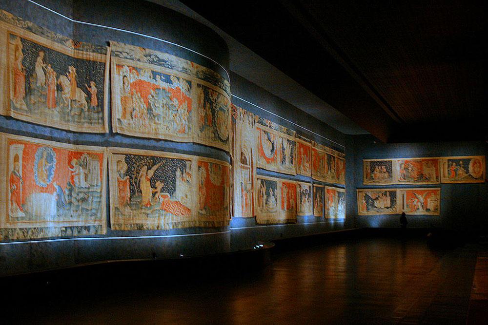 Ricomposto il più grande arazzo medievale del mondo: galleria dona frammenti dell'Apocalisse d'Angers