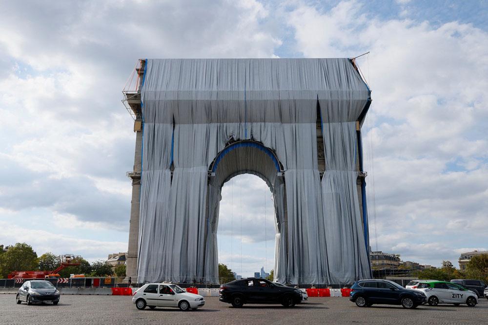 Parigi, dopo 60 anni si avvera il grande sogno di Christo e Jeanne-Claude: l'Arco di Trionfo impacchettato