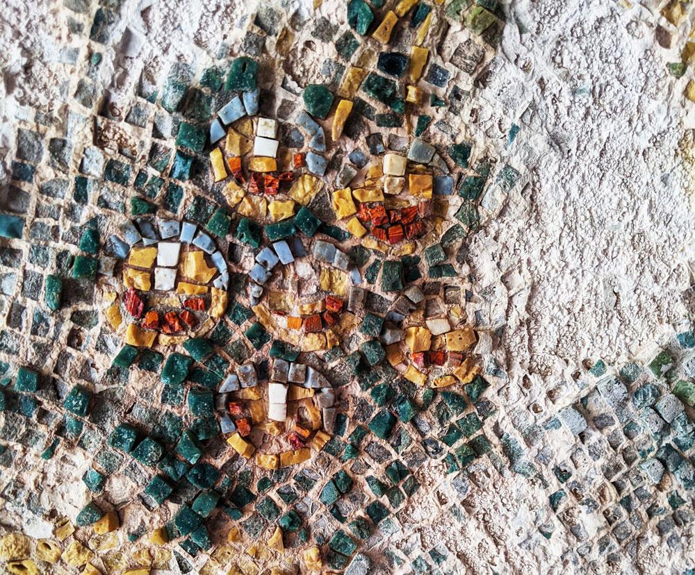 A Bacoli viene alla luce splendido mosaico colorato su volta delle Terme di Mercurio