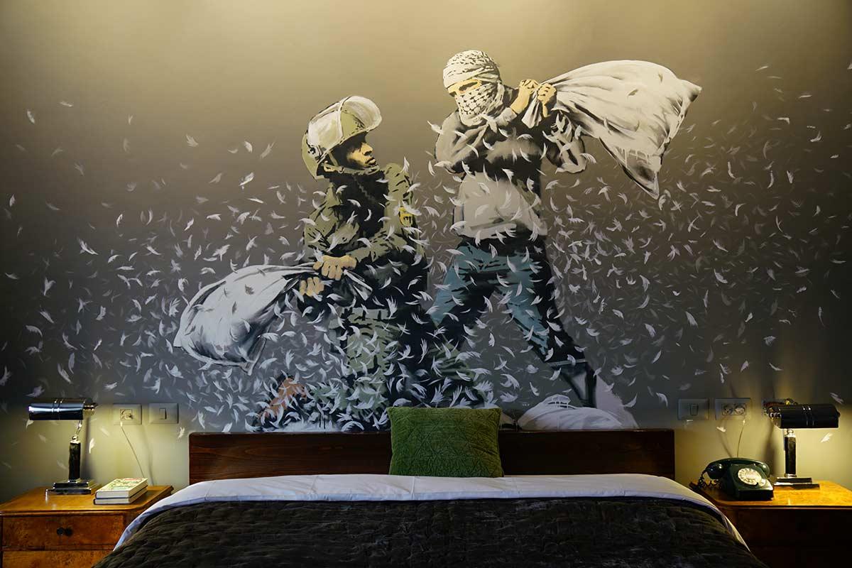 A Parigi apre un hotel ispirato a Banksy, che riproduce il Walled Off Hotel di Betlemme