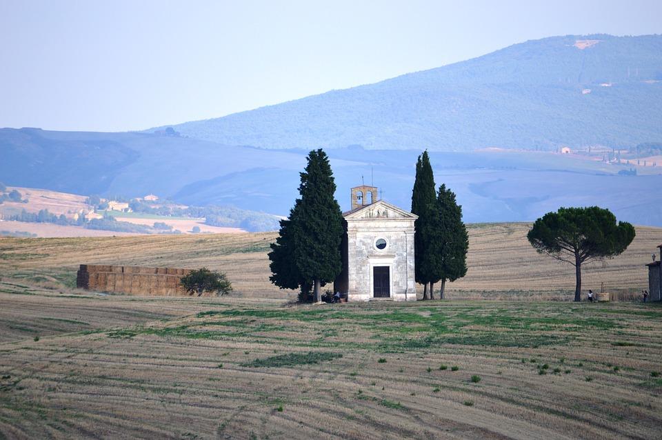 Toscana, restauro per la cappella di Vitaleta, luogo simbolo del paesaggio toscano