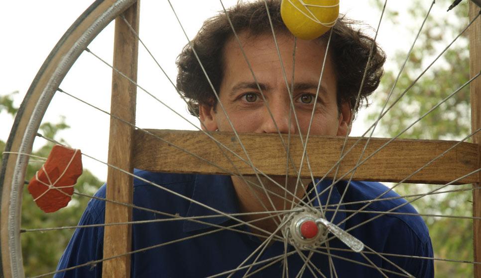 Teatri chiusi? A Milano, un attore racconta storie ai bambini nei cortili e nei giardini