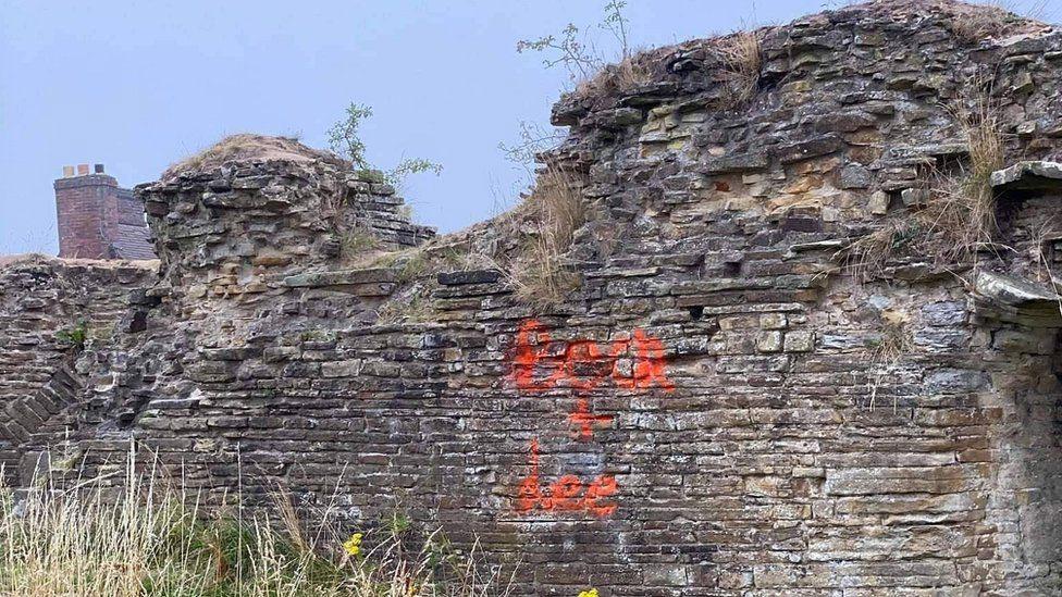 Inghilterra, cacciatori di fantasmi vandalizzano il Castello di Codnor, monumento storico