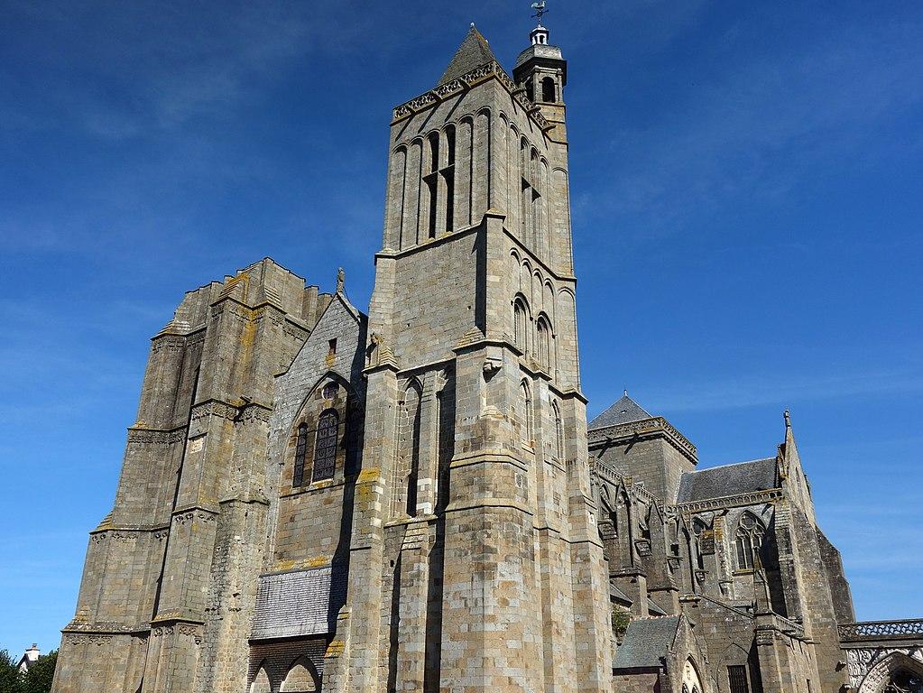 Lo scrittore Ken Follett dona 148mila euro per il restauro di una chiesa in Francia