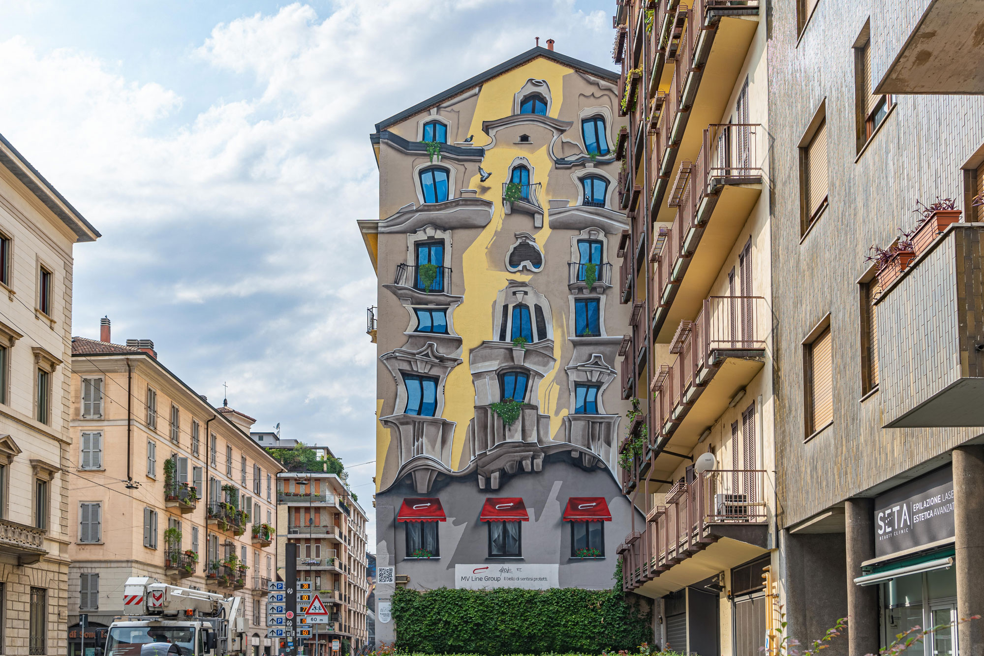 "A Milano nasce un murale ispirato a Casa Battló di Gaudì: è ""The Vision"" di Cheone"