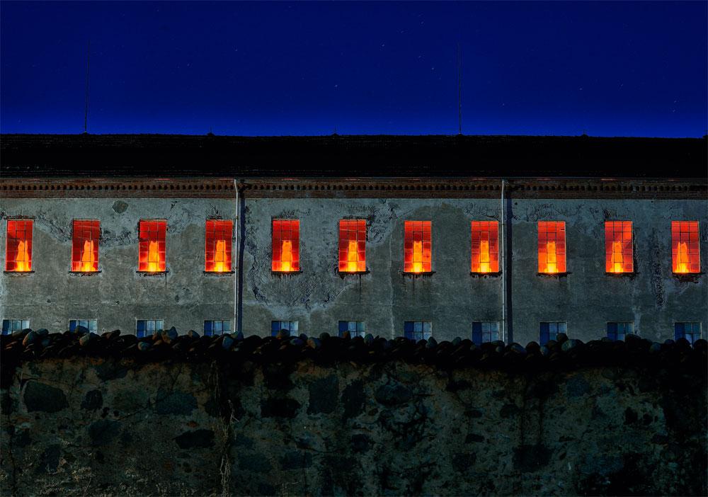 Arte e sostenibilità a Biella: i lupi di luce di Cracking Art fanno la guardia in nota azienda tessile