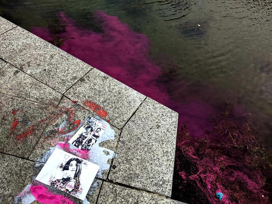 Milano, street artist tinge di rosa le acque della Darsena per l'8 marzo