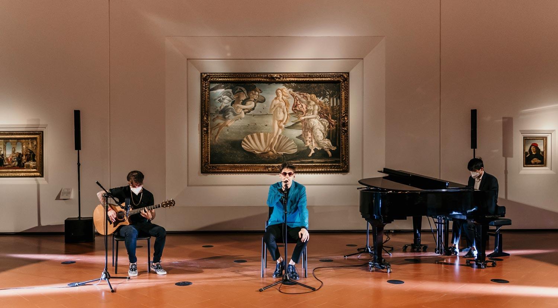 Uffizi, il cantante Emanuele Aloia gira un video davanti alla Venere di Botticelli