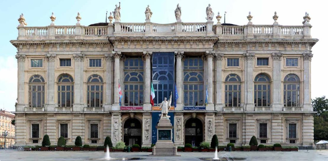 Torino, via al restauro della facciata di Palazzo Madama. Le quattro statue saranno musealizzate