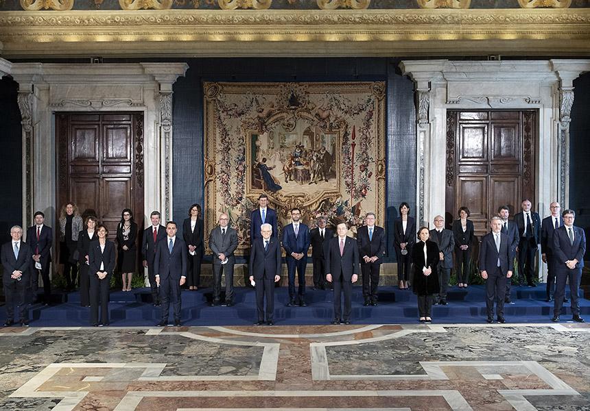 Governo Draghi, la prima foto ufficiale è davanti a un arazzo che raffigura... una truffa!