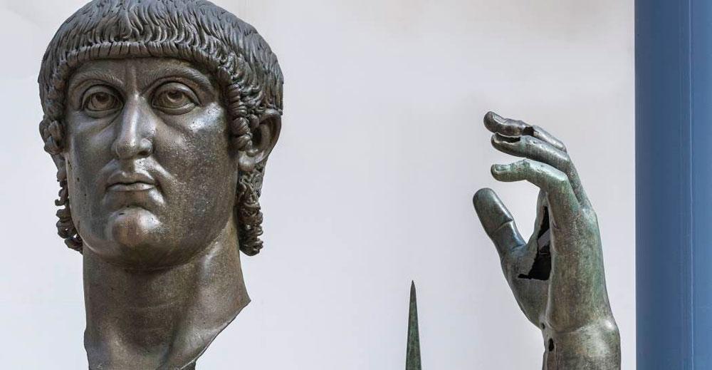 Ai Musei Capitolini ricomposta la mano di Costantino: arriva il frammento dal Louvre