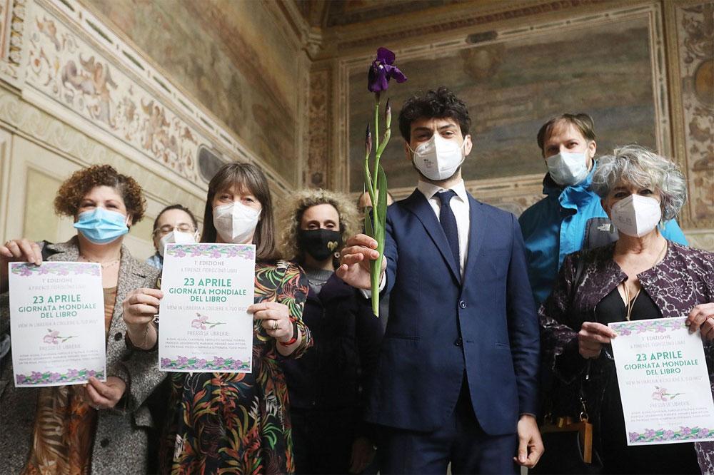 Giornata Mondiale del Libro, a Firenze le librerie indipendenti regalano un iris viola