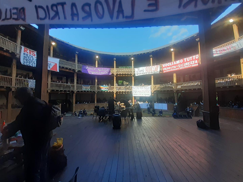 """Roma, lavoratori spettacolo occupano teatro. Franceschini li incontra: """"sono con voi"""""""