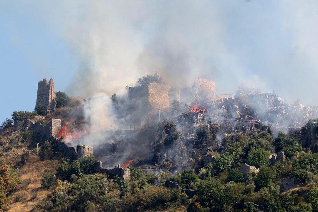 Lazio, un incendio danneggia il castello di Roccasecca. Il sindaco si appella a Franceschini
