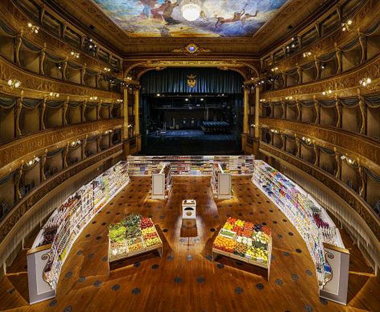 Trento, un supermercato nella platea di un teatro storico: l'installazione provocatoria di Anna Scalfi Eghenter