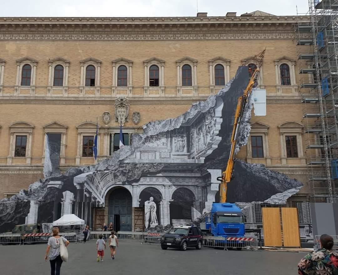 """Dopo Palazzo Strozzi, JR """"sfonda"""" anche Palazzo Farnese a Roma?"""