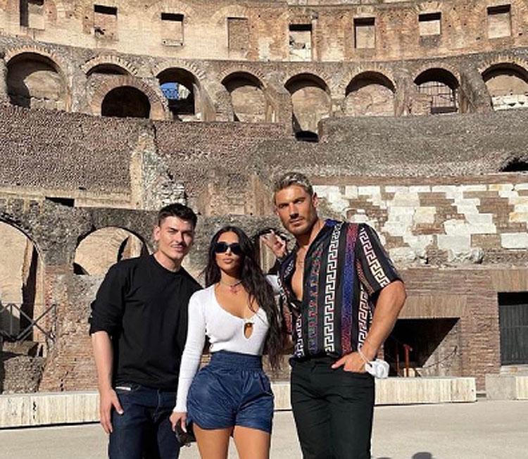 Kim Kardashian a Roma, tra Colosseo e Pietà Vaticana