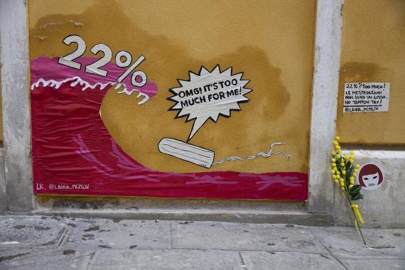 Per le donne italiane gli assorbenti sono ritenuti... un lusso. Un'opera d'arte lo ricorda