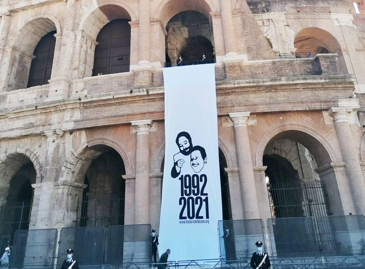 Al Colosseo è stato appeso un lenzuolo di 15 metri contro la mafia