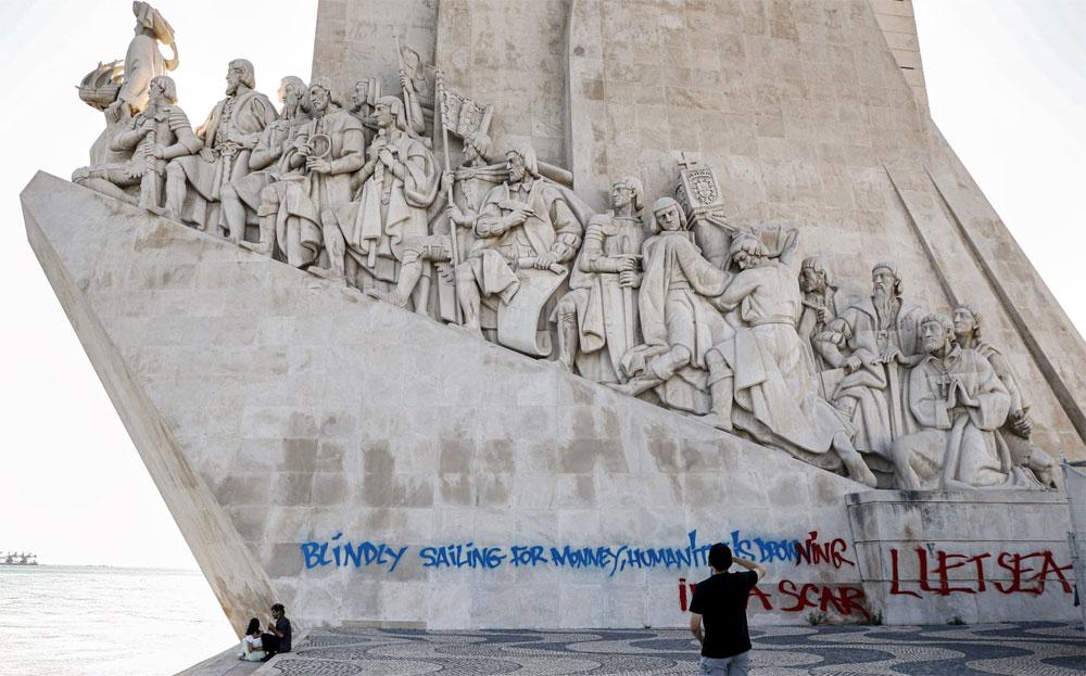 Lisbona, vandalizzato (e subito pulito) il celeberrimo Monumento alle Scoperte