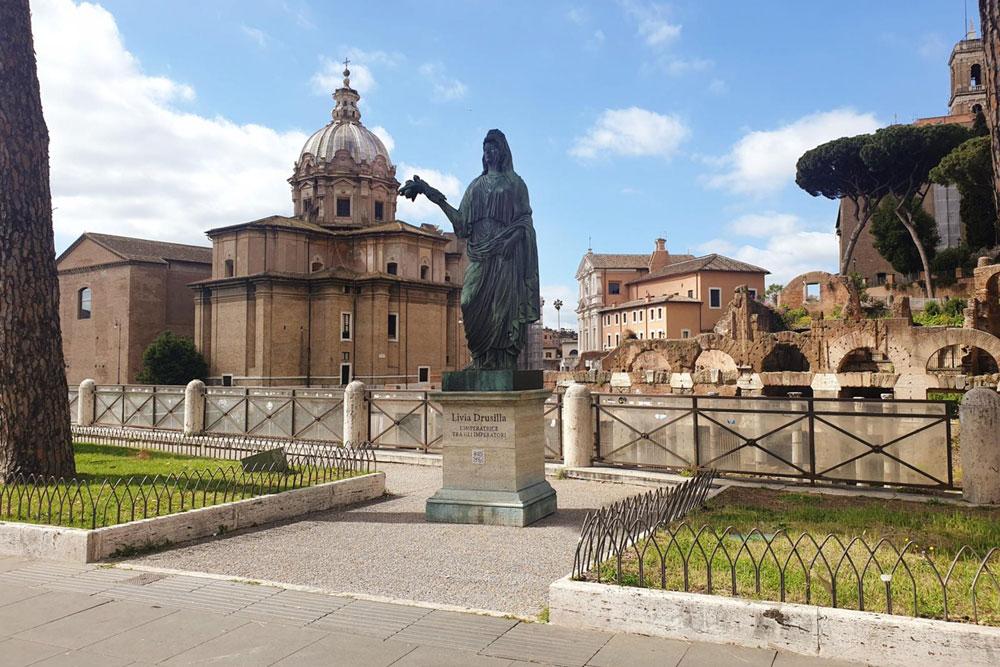 Tanta curiosità per la statua di Livia spuntata ai Fori Imperiali. Svelato il mistero