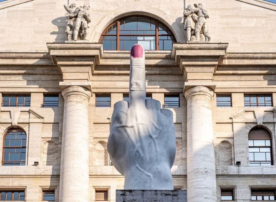 Milano, il Dito di Cattelan si tinge con smalto rosa contro la violenza sulle donne