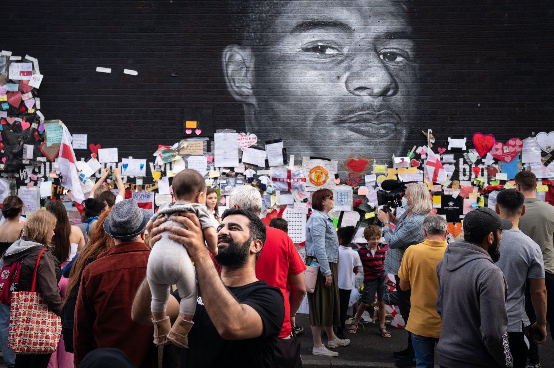 Razzisti sfregiano murale di Rashford, e in risposta la città lo copre di messaggi d'affetto