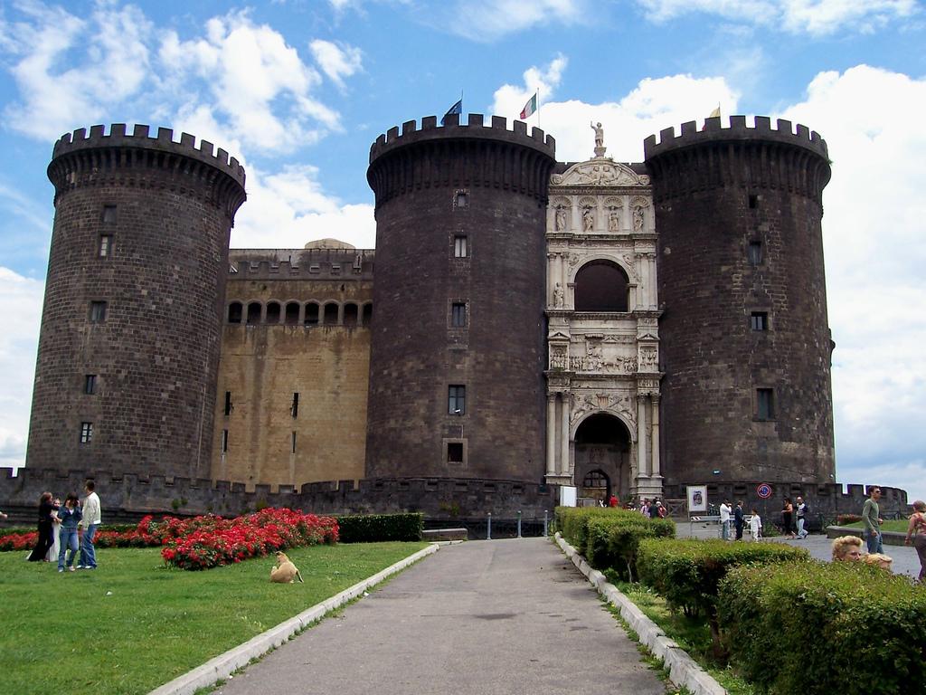 Napoli, nei sotterranei del Maschio Angioino ritrovato un tesoro d'arte abbandonato