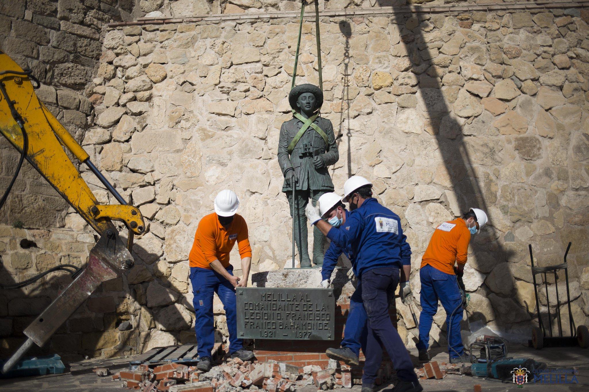 Spagna, evento storico: rimosso l'ultimo monumento di Francisco Franco ancora in piedi