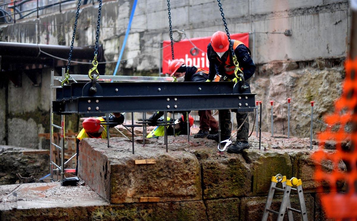 Milano, si spostano mura antiche ritrovate nello scavo della M4 per far passare la metro