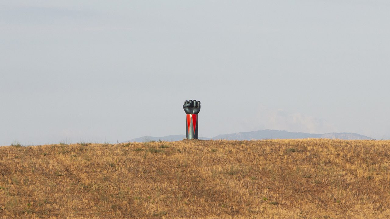 Ufo Robot arriva in Maremma: spunta un braccio di Goldrake di 5 metri