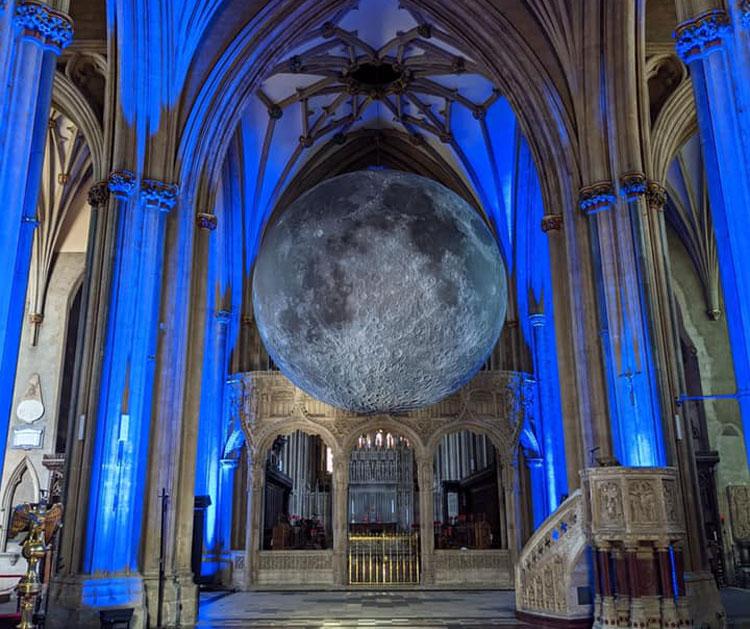 La Cattedrale di Bristol ospita... una gigantesca luna: il progetto itinerante di Luke Jerram