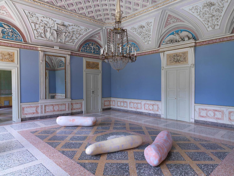 Gli incastri impossibili delle sculture di Nairy Baghramian in mostra alla GAM di Milano