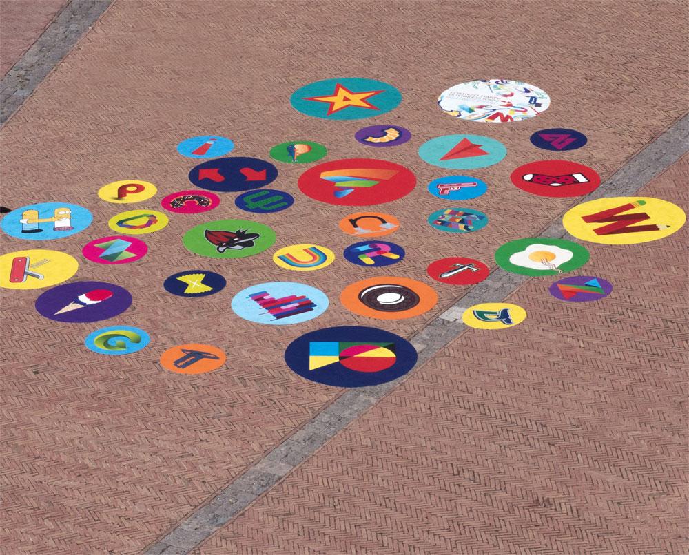 Siena, piazza del Campo si riempie con le lettere colorate dell'artista Lorenzo Marini