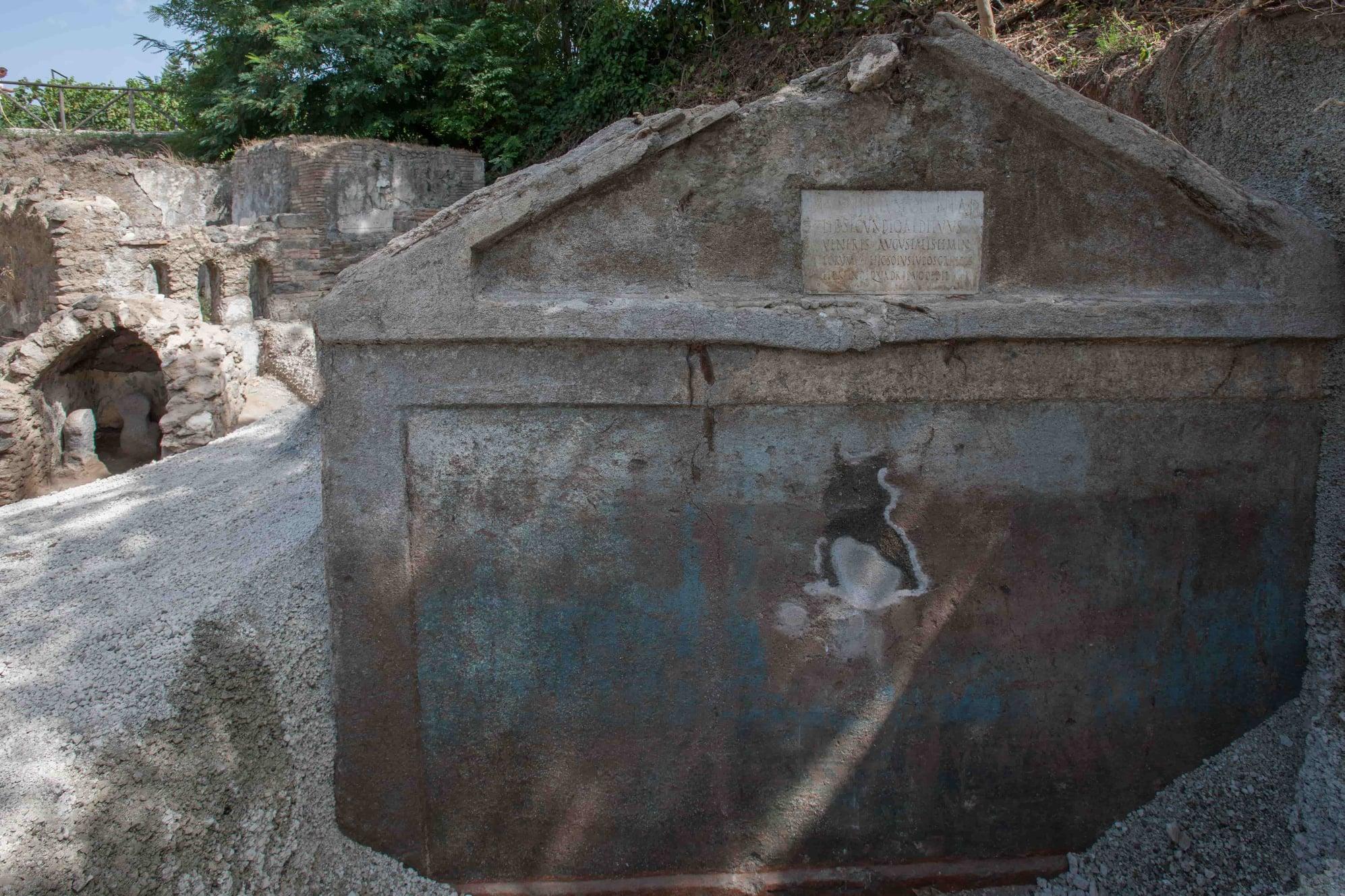 Scoperta a Pompei: ritrovata tomba di un liberto, decorata, e con i resti del defunto