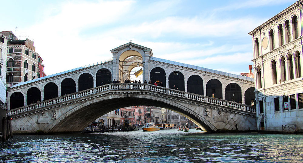 Terminato il lungo restauro del Ponte di Rialto. Ma è polemica per la targa celebrativa