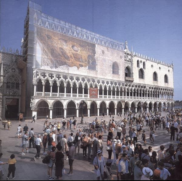 I ponteggi dell'azienda Ecoponteggi sulla facciata di Palazzo Ducale a Venezia nei primi anni Duemila