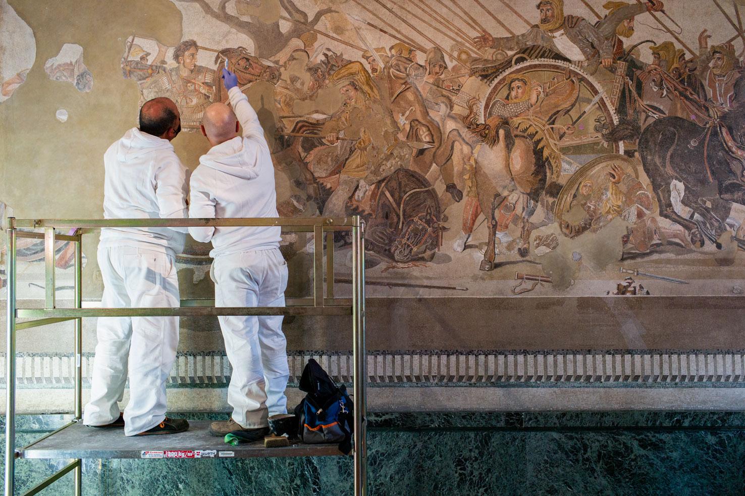 Napoli, partito il complesso restauro del Mosaico di Alessandro alla Battaglia di Isso