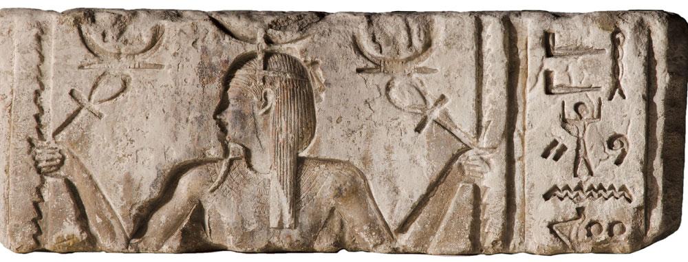 Restauro aperto per antico rilievo templare egizio con il dio Heh al Museo Archeologico di Bologna