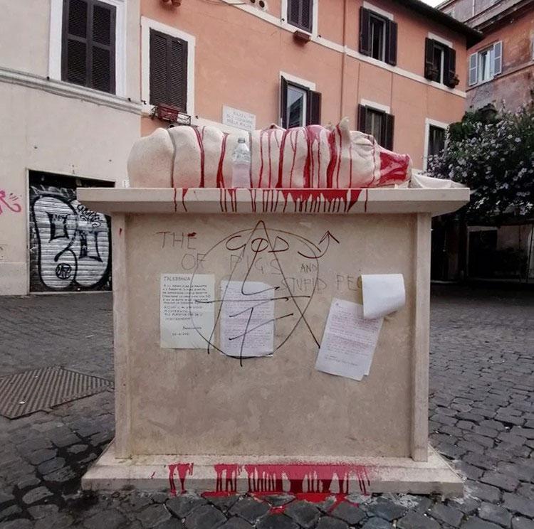 Roma, vandalizzata la porchetta di Trastevere. Ricoperta di vernice rossa