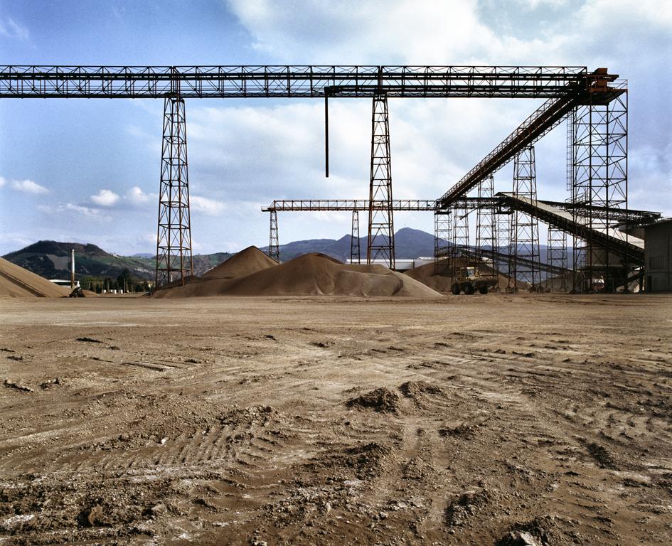 Gli spazi industriali nelle fotografie a confronto di Gabriele Basilico e Luca Santiago Mora