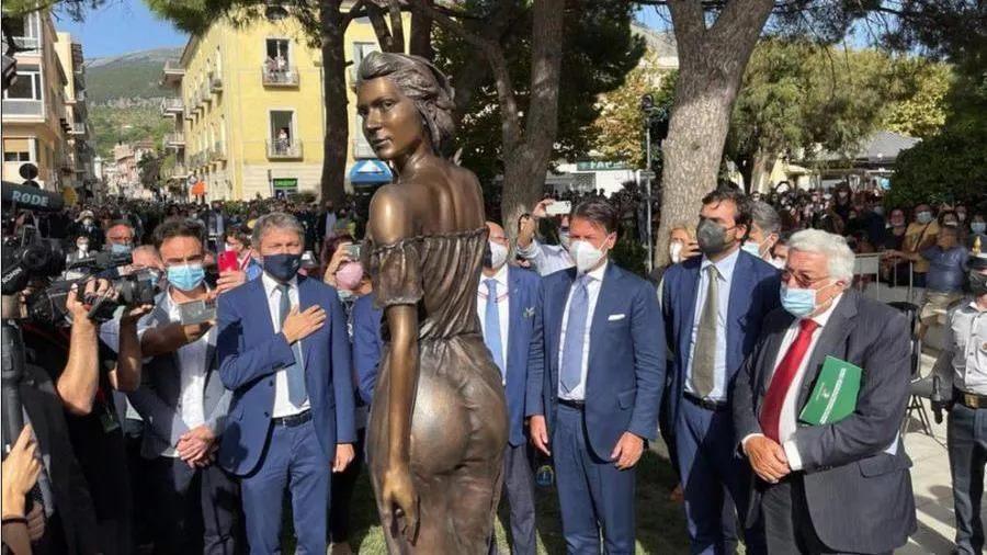 """È polemica per la scultura della sexy spigolatrice di Sapri. """"Sessista"""""""
